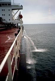 buque descargando el agua de lastre