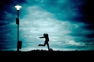 fotografia-silueta-mujer-feliz-corriendo-noche