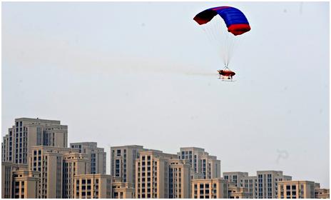 Dron rociando químicos en la ciudad de Shashi durante una prueba de dispersión de nieblas de contaminantes.