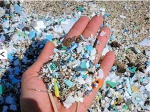Restos de plástico en una playa