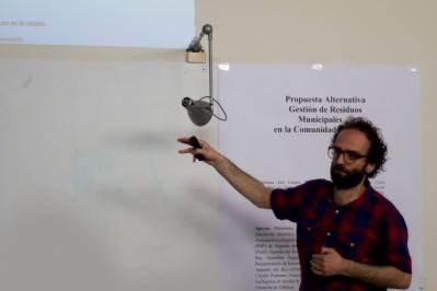 Victor Mitjans exponiendo sus propuestas sobre prevención de residuos.